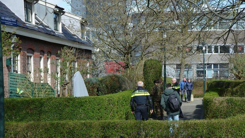 De EOD doet onderzoek bij de woning. Foto: VanOost Media