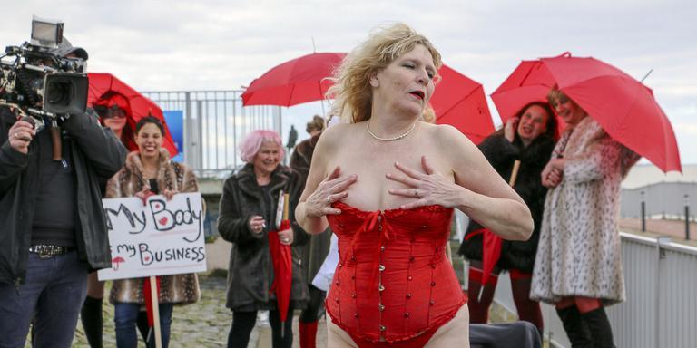 Sekswerkers doen een 'fleshmob' bij het monument op de Afsluitdijk. Daana vertrekt het gezelschap naar Heerenveen. FOTO LC/ARODI BUITENWERF