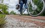 Foutje: fietsers krijgen lekke banden door opstaande ijzerdraadjes in nieuwe weg