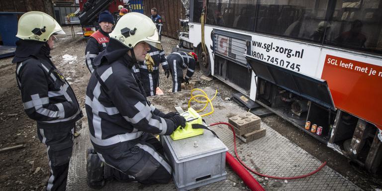 De brandweer op oefening. Er dreigen tekorten door dure trainingen van nieuwe vrijwilligers. FOTO LC