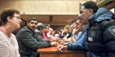 Rennie Steensma en Taleb Al Omer in gesprek op de brainstormavond. FOTO HOGE NOORDEN/JACOB VAN ESSEN