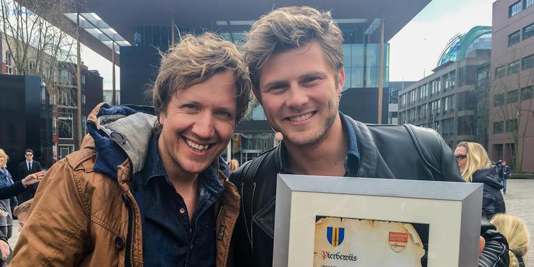 Presentator Klaas van Kruistum (links) en Tim Douwsma met zijn Grutte Pier-oorkonde. FOTO LC/ARODI BUITENWERF