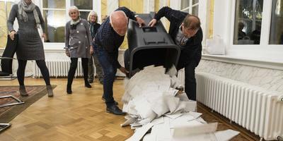 Stemmen tellen in het stadhuis van Leeuwarden. FOTO ANP