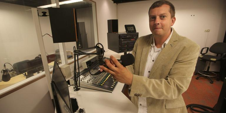 Directeur Casper Smits in de studio, vorig jaar augustus, vlak voor de start van lokale omroep LEO. FOTO NIELS WESTRA
