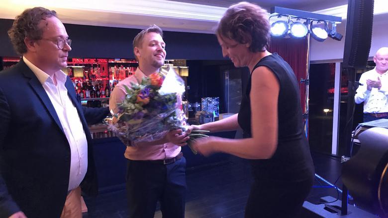 Siep de Vries krijgt bloemen voor zijn uitverkiezing tot Meest Markante Horecaondernemer van Friesland. FOTO LC