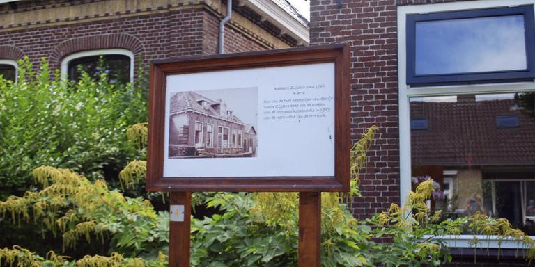 Een dorp aankleden met een bord met daarop de historie van een woning of gebouw trekt veel aandacht, zoals hier in Gaastmeer FOTO HIEKE JOOSTEMA