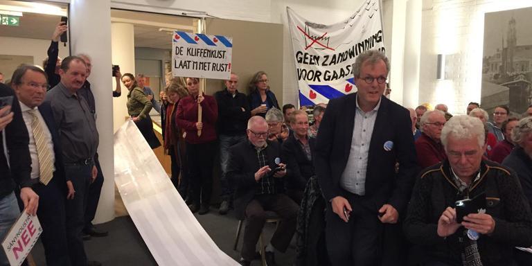 60 meter aan handtekeningen tegen zandwinning voor burgemeester Fred Veenstra van gemeente De Fryske Marren. De petitie is bijna 16.000 keer ondertekend.