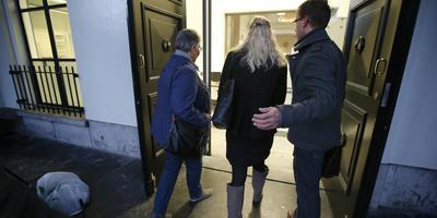 De weduwe en zus van Richard Nieuwenhuizen komen aan in het gerechtshof van Leeuwarden waar het hoger beroep van de strafzaak tegen de verdachten van de betrokkenheid bij de dood van grensrechter Nieuwenhuizen dient. FOTO ANP