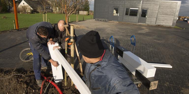 Arthan Tuinfort, Lieuwe Helmus en Diego Zikken plaatsen een hek bij het nieuwe multifunctionele centrum in Stroobos. FOTO MARCEL VAN KAMMEN
