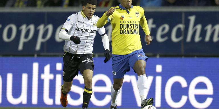 Darryl Lachman (rechts) schudt Vitesse-speler Dominic Solanke af. FOTO ANP