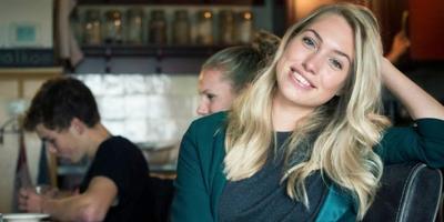 Thuis aan de keukentafel in Bornwird komt Holland's Next Top Model Akke Marije Marinus bij van het modellenwerk. FOTO MARCEL VAN KAMMEN