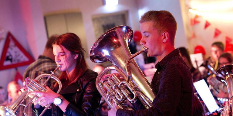 Jantine Stoffers speelt een duet tijden de muzikale voorstelling Romke en Joke. FOTO HOGE NOORDEN/JAAP SCHAAF