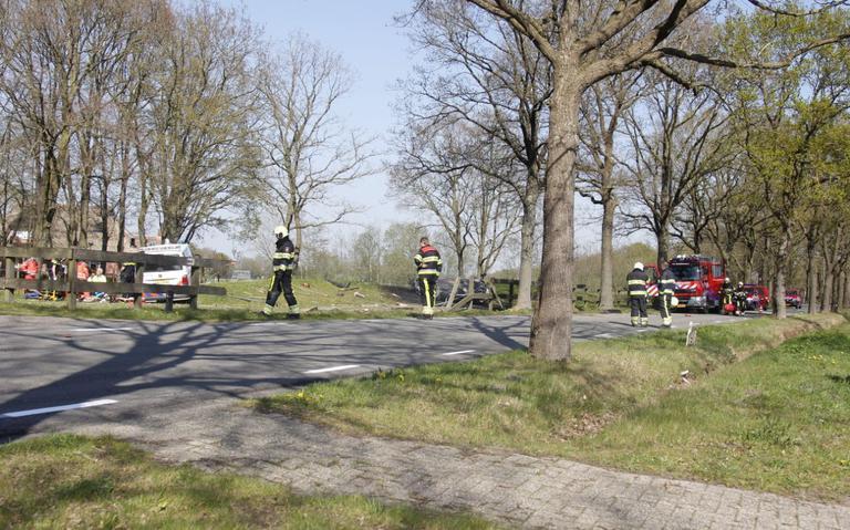 Ernstig ongeval bij Houtigehage: auto slaat over de kop en vliegt in brand.
