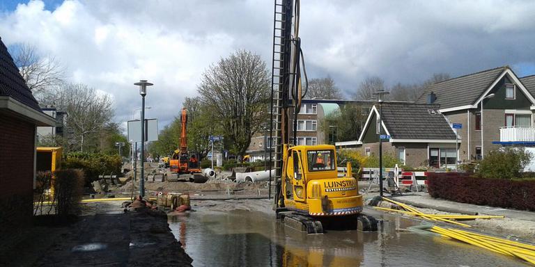 Rond de Oudeweg in Drachten is een leiding stuk. In de omgeving is geen of weinig waterdruk. FOTO LC