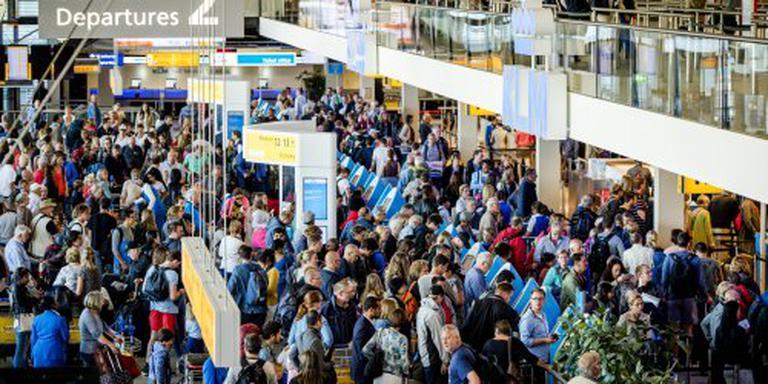 Schiphol door grens 200.000 reizigers per dag