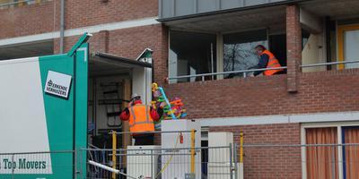 Het leeghalen van de flat zal enkele dagen in beslag nemen. FOTO KAPPERS MEDIA