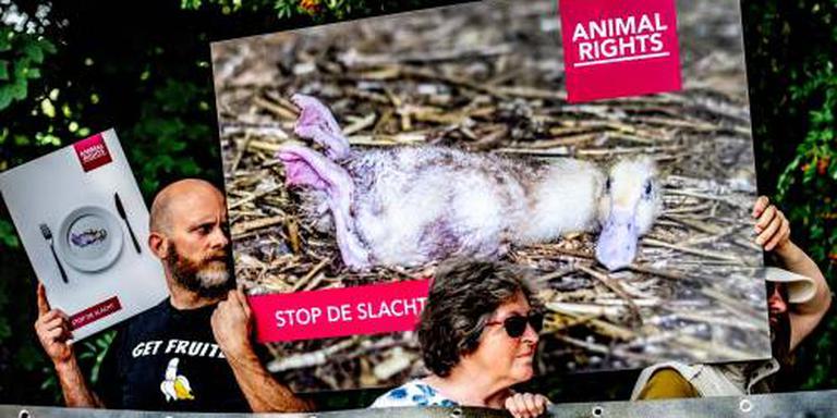 Vreedzaam protest bij eendenslachterij