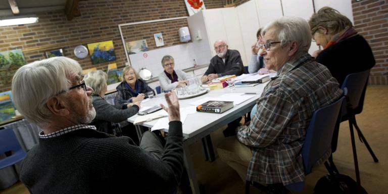 De leesgroep in Bilgaard bespreekt de bestseller 'Het meisje in de trein'. FOTO'S HOGE NOORDEN/JAAP SCHAAP