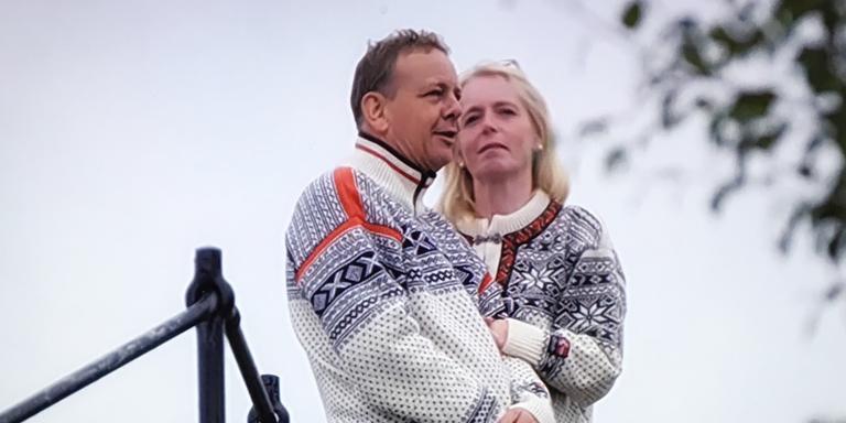 Jaap en Marjan in matchende Smeets-truien. FOTO KRO