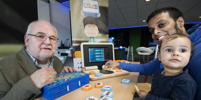 Willem Kooistra van de PTH-groep ontwikkelde samen met Chamin Hardeman van Mediaheads, vanwege zijn papadag met dochter Sophie op schoot, een houten laptop voor het speciaal onderwijs. FOTO MARCEL VAN KAMMEN