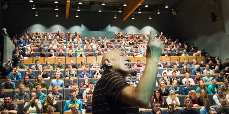 'The Incredible' Dr Jan Pol vertelt vol passie op het Nordwin College over zijn werk als dierenarts in de VS. FOTO MARCEL VAN KAMMEN