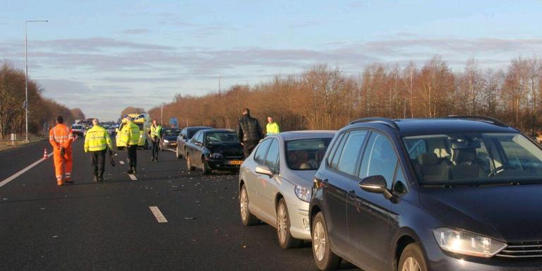 Gewonde bij verkeersongeval A7. FOTO DE VRIES MEDIA