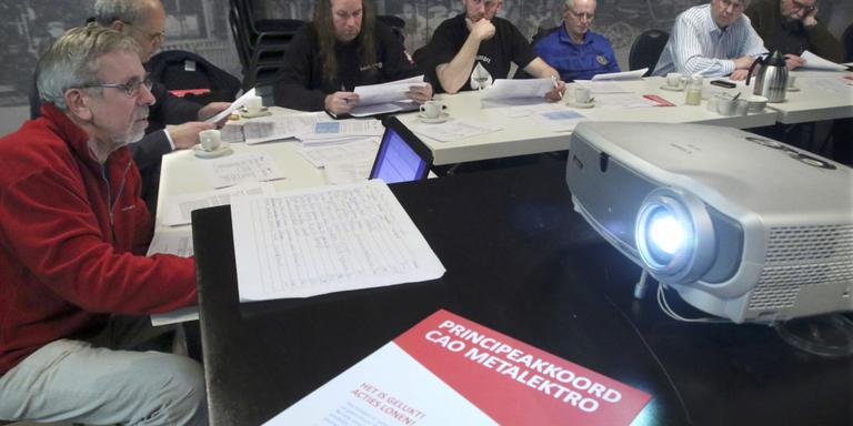 Kadervergadering van FNV en CNV in Irnsum over het resultaat van de metaal-cao. FOTO SIMON BLEEKER