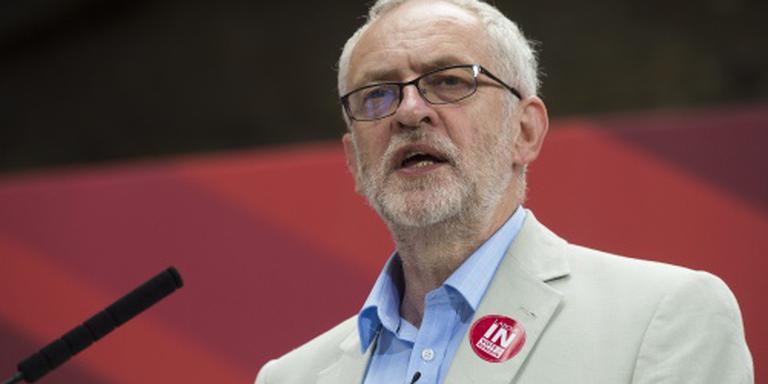 Corbyn blijft zitten waar hij zit