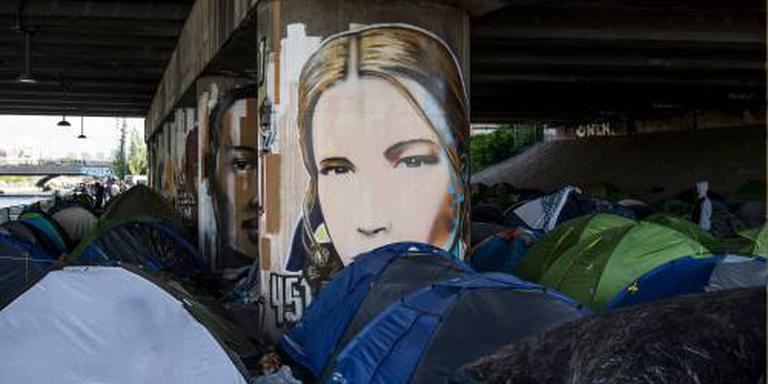 Parijs ontruimt groot migrantenkamp