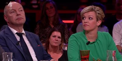 Jenny Douwes en advocaat Wim Anker aan tafel bij Twan Huys. FOTO SCREENSHOT RTL LATE NIGHT