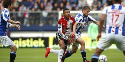 Joey van den Berg in duel met Boëtius van Feyenoord.
