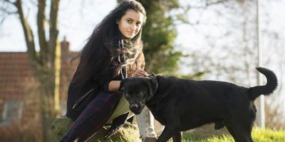 Sachi Singh thuis in Driezum met haar hond Snoopy. FOTO MARCEL VAN KAMMEN