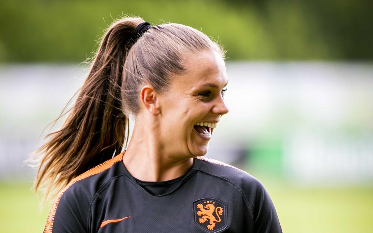 Lieke Martens heeft plezier, dinsdag tijdens de training van de Oranje-vrouwen in Zeist, in aanloop naar het WK in Frankrijk. FOTO ANP/REMKO DE WAAL