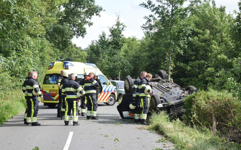 Auto over de kop bij ongeval.