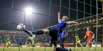 Cambuur-speler Vytas is net te laat om te voorkomen dat Mike Havenaar (vallend, vierde van links) ADO Den Haag op 2-1 brengt. FOTO ANP/PRO SHOTS