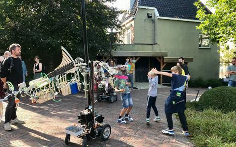 Fries straatfestival: de straattheater-act Animatroniek van gezelschap Exoot. FOTO LC/INES JONKER