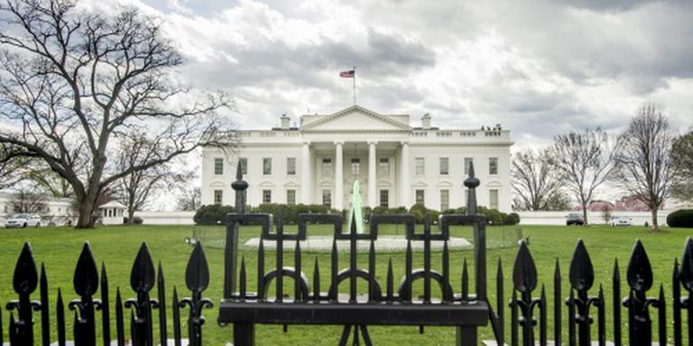 Man klimt over hek Witte Huis