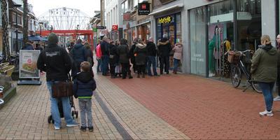 Een lange rij voor de Intertoys in Drachten. FOTO ANTON KAPPERS