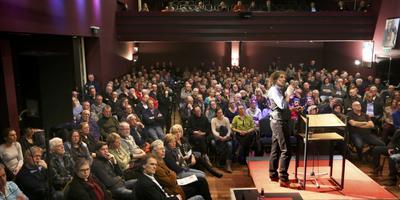 Abel Arkenhout geeft zIjn visie op de afvaloven voor een volle zaal in Trebol. FOTO CATRINUS VAN DER VEEN
