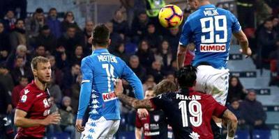 Milik bezorgt Napoli de winst bij Cagliari
