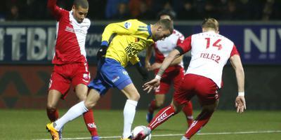 Rai Vloet struikelt over het been van FC Utrecht-verdediger Ramon Leeuwin, maar krijgt geen strafschop. FOTO HENK JAN DIJKS