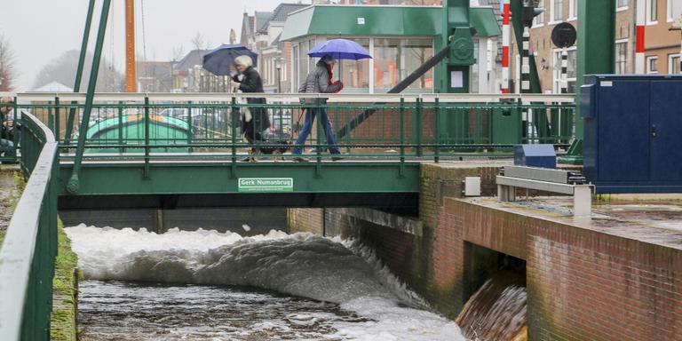 Door de regen van de laatste dagen werkt de pomp op volle toeren en produceert veel lawaai en schuim. Foto Arodi Buitenwerf