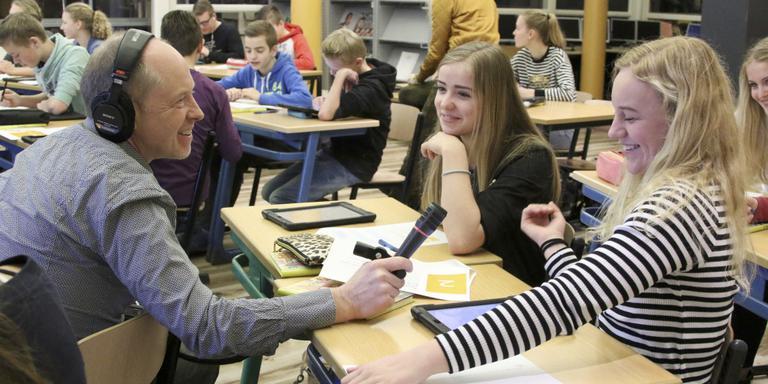 BBC-journalist Patrick Cox interviewt Sanne Ketelaar, links van haar Renée Haanstra. FOTO SIMON BLEEKER