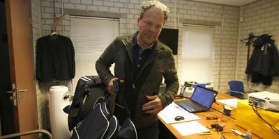 Henk de Jong verlaat zijn kantoor in het Cambuurstadion. FOTO HENK JAN DIJKS
