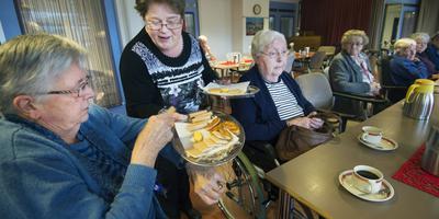 Froukje van der Mossel gaat rond met koekjes in De Skûle. FOTO MARCEL VAN KAMMEN