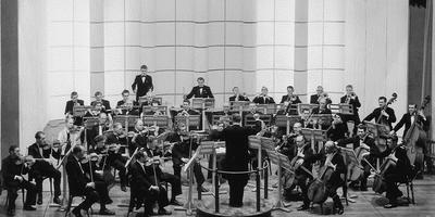 Het Frysk Orkest met dirigent Kor Ket in De Harmonie in Leeuwarden.