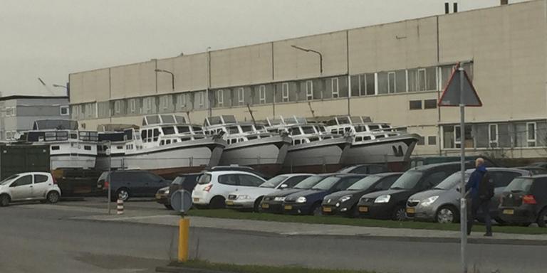 De in beslaggenomen kruisers van jachthaven Zwartkruis staan bij Proveiling in Drachten.