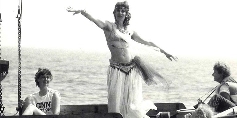 Rinske Balsma bezig aan haar onschuldige buikdans in 1985.