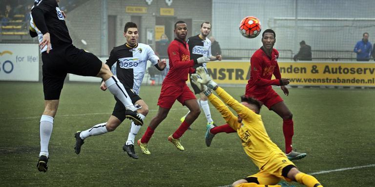Thijs Goes (links) waagt een poging namens SWZ Sneek. FOTO NIELS DE VRIES