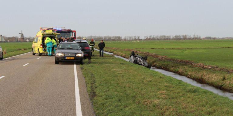 Auto in sloot beland op de Kolkhuizerweg bij Burdaard. FOTO DE VRIES MEDIA.